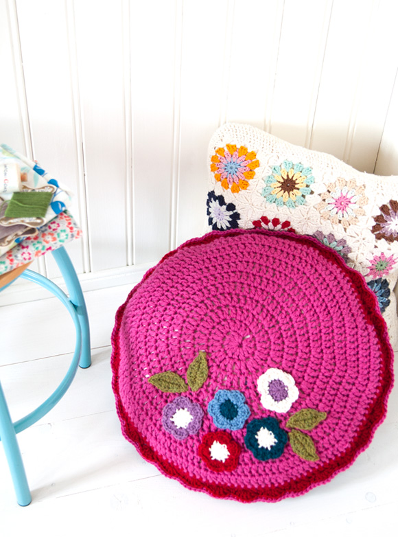 Round-double-sided-cushion-pink